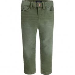 Spodnie w kolorze zielonym. Zielone spodnie chłopięce marki Mayoral, w paski. W wyprzedaży za 92,95 zł.