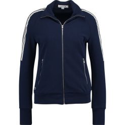 Lacoste ZIP UP TRACK TOP STRIPE ON SLEEVE Kurtka sportowa navy blue/vanilla plant. Niebieskie kurtki sportowe damskie marki Lacoste, z bawełny. W wyprzedaży za 443,40 zł.