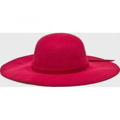 Answear - Kapelusz. Czerwone kapelusze damskie ANSWEAR, z poliesteru. W wyprzedaży za 59,90 zł.