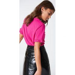 NA-KD T-shirt z falbanką - Pink. Różowe t-shirty damskie NA-KD, z bawełny, z falbankami. W wyprzedaży za 30,48 zł.