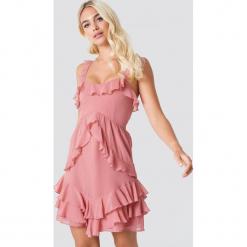 Linn Ahlborg x NA-KD Sukienka z falbankami - Pink. Szare sukienki asymetryczne marki Mohito, l, z asymetrycznym kołnierzem. Za 141,95 zł.