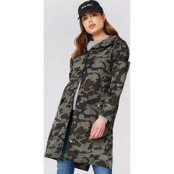 NA-KD Płaszcz przeciwdeszczowy moro - Green,Multicolor. Zielone płaszcze damskie pastelowe NA-KD, moro, z poliesteru. Za 242,95 zł.