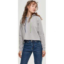 Krótka bluza z kapturem - Jasny szar. Szare bluzy z kapturem damskie Sinsay, l, z krótkim rękawem, krótkie. W wyprzedaży za 29,99 zł.