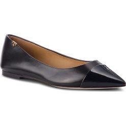 Baleriny TORY BURCH - Penelope Cap Toe Flat 51968 Perfect Black/Perfect Navy 014. Czarne baleriny damskie lakierowane Tory Burch, z lakierowanej skóry. Za 1249,00 zł.