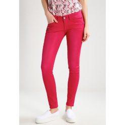 Freeman T. Porter CORALIE  Jeans Skinny Fit red bud. Czerwone boyfriendy damskie Freeman T. Porter. W wyprzedaży za 303,20 zł.