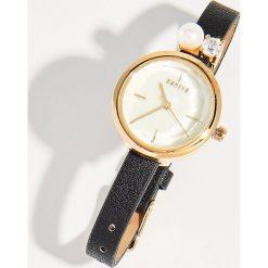 Zegarek z biżuteryjnym detalem - Czarny. Czarne zegarki damskie Mohito. Za 49,99 zł.