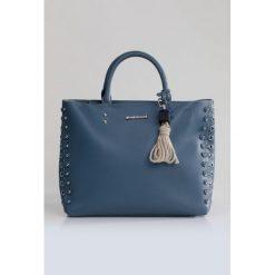 Shopper bag damskie: Torba z ozdobną przywieszką