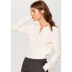 Sweter z biżuteryjnym detalem - Kremowy. Czerwone swetry klasyczne damskie marki Mohito, z bawełny. Za 89,99 zł.