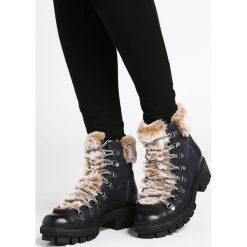 Tamaris Botki na platformie navy comb. Szare buty zimowe damskie marki Tamaris, z materiału, na sznurówki. W wyprzedaży za 209,50 zł.