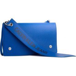 Torebka CALVIN KLEIN JEANS - Logo Banner Shoulder Flap Bag K40K400823 455. Niebieskie listonoszki damskie marki Calvin Klein Jeans, z jeansu. Za 449,00 zł.