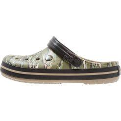 Crocs CROCBAND GRAPHIC Sandały kąpielowe dark camo green. Zielone kąpielówki męskie marki Crocs, z gumy. Za 189,00 zł.