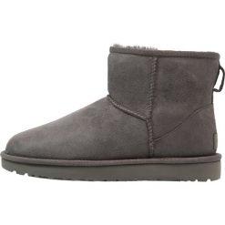 UGG CLASSIC MINI II Botki grey. Szare buty zimowe damskie Ugg, z materiału. Za 699,00 zł.