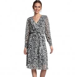 Sukienka w kolorze czarno-białym. Białe długie sukienki marki Almatrichi, s, z motywem zwierzęcym, z długim rękawem, proste. W wyprzedaży za 229,95 zł.