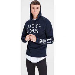 Bluza z kapturem. Szare bluzy męskie rozpinane marki Jack & Jones, m, z bawełny, z długim rękawem, długie, z kapturem. Za 146,96 zł.