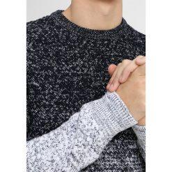 Antony Morato MAGLIA GIROCOLLO TRECCIA GRANDE CON FASCE IN CONTRASTO COLORE Sweter blu notte. Niebieskie swetry klasyczne męskie marki Antony Morato, m, z bawełny. Za 419,00 zł.