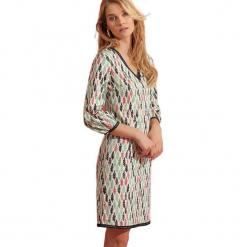 Sukienka w kolorze białym ze wzorem. Białe sukienki na komunię marki Almatrichi, midi, proste. W wyprzedaży za 179,95 zł.
