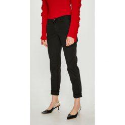 Guess Jeans - Spodnie Berta. Szare jeansy damskie marki Guess Jeans, na co dzień, l, z aplikacjami, z bawełny, casualowe, z okrągłym kołnierzem, mini, dopasowane. Za 459,90 zł.