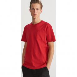 Bawełniany T-shirt z kieszonką - Czerwony. Czerwone t-shirty męskie Reserved, l, z bawełny. Za 59,99 zł.