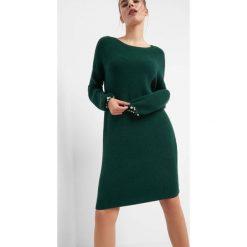 Długi sweter z perłami. Zielone swetry klasyczne damskie marki Orsay, xs, z dzianiny, z okrągłym kołnierzem. Za 99,99 zł.