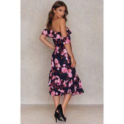 Sukienki: NA-KD Trend Sukienka z odkrytymi ramionami – Multicolor
