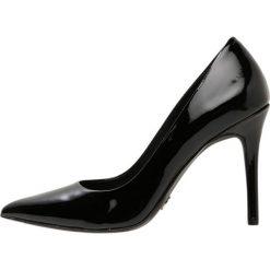 MICHAEL Michael Kors CLAIRE Szpilki black. Czarne szpilki marki MICHAEL Michael Kors, z gumy, przed kolano, na wysokim obcasie. Za 629,00 zł.