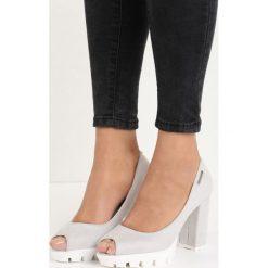 Jasnoszare Czółenka Fisto. Białe buty ślubne damskie Born2be, z otwartym noskiem, na wysokim obcasie, na platformie. Za 59,99 zł.