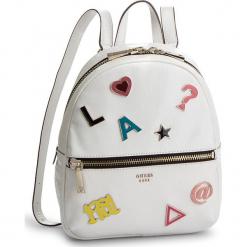 Plecak GUESS - HWSP7 181320 WHI. Białe plecaki damskie Guess, z aplikacjami, ze skóry ekologicznej, klasyczne. Za 589,00 zł.