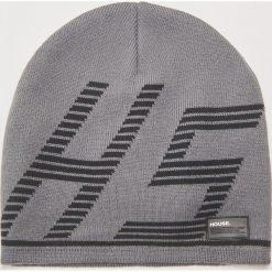 Czapka z nadrukiem - Szary. Szare czapki zimowe męskie marki House, z nadrukiem. Za 29,99 zł.