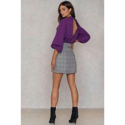 Swetry klasyczne damskie: NA-KD Sweter z bufiastym rękawem i wycięciem na plecach - Purple