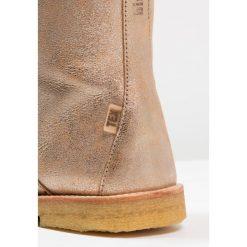 Bisgaard Kozaki gold. Niebieskie buty zimowe damskie marki Roxy, z tworzywa sztucznego, na wysokim obcasie. W wyprzedaży za 367,20 zł.
