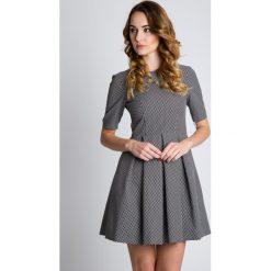 Czarno-biała sukienka z krótkim rękawem BIALCON. Białe sukienki hiszpanki BIALCON, do pracy, w grochy, z tkaniny, biznesowe, z kopertowym dekoltem, z krótkim rękawem, mini, kopertowe. W wyprzedaży za 167,00 zł.