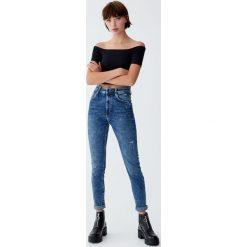 Jeansy rurki z wysokim stanem. Niebieskie boyfriendy damskie Pull&Bear, z jeansu, z podwyższonym stanem. Za 109,00 zł.