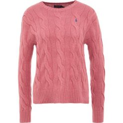 Polo Ralph Lauren OVERSIZED CABLE Sweter adirondack berry. Fioletowe swetry klasyczne damskie Polo Ralph Lauren, m, z bawełny, polo. Za 589,00 zł.