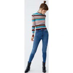 Jeansy capri z wysokim stanem. Niebieskie boyfriendy damskie Pull&Bear, z jeansu. Za 79,90 zł.