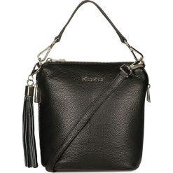 Czarna torebka przez ramię. Czarne torebki klasyczne damskie Kazar, w paski, ze skóry, z breloczkiem. Za 599,00 zł.