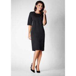 Czarna Elegancka Prosta Sukienka z Asymetrycznym Zapięciem. Czarne sukienki asymetryczne marki bonprix, do pracy, w paski, biznesowe, moda ciążowa. W wyprzedaży za 119,88 zł.