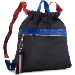 Plecak TOMMY JEANS - Tj Logo Tape Drawstr AU0AU00245 902. Czarne plecaki damskie Tommy Jeans, z jeansu, sportowe. Za 399,00 zł.