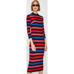 Answear - Sukienka Watch Me. Różowe sukienki dzianinowe marki ANSWEAR, na co dzień, l, casualowe, midi, dopasowane. W wyprzedaży za 99,90 zł.