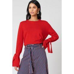 NA-KD Sweter z dzianiny z wiązanym rękawem - Red. Czerwone swetry klasyczne damskie NA-KD, z dzianiny. Za 161,95 zł.