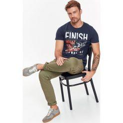 T-SHIRT MĘSKI Z NADRUKIEM. Szare t-shirty męskie z nadrukiem Top Secret, na jesień, m, z bawełny. Za 19,99 zł.