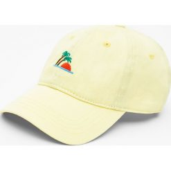 Czapka z wyhaftowaną wyspą. Szare czapki z daszkiem męskie marki Pull & Bear, okrągłe. Za 15,90 zł.