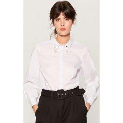 Koszula z biżuteryjnym detalem - Biały. Brązowe koszule damskie marki Mohito, m. Za 119,99 zł.