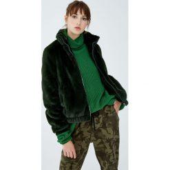 Kurtka ze sztucznego futerka z kominowym kołnierzem. Zielone kurtki damskie marki Pull&Bear. Za 139,00 zł.