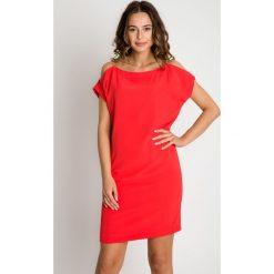 Sukienka z ramiączkami z łańcuszków BIALCON. Czerwone sukienki hiszpanki BIALCON, na co dzień, z tkaniny, z odkrytymi ramionami. Za 295,00 zł.
