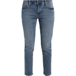 Boyfriendy damskie: GAP GIRLFRIEND AUTHENTIC Jeansy Relaxed Fit authentic medium