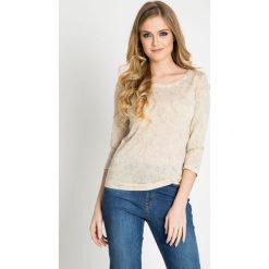 Beżowy sweter w delikatne kwiaty  QUIOSQUE. Szare swetry klasyczne damskie marki QUIOSQUE, na co dzień, s, w koronkowe wzory, z dzianiny, z klasycznym kołnierzykiem, ołówkowe. W wyprzedaży za 49,99 zł.