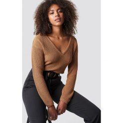 NA-KD Sweter z głębokim dekoltem V - Brown. Brązowe swetry klasyczne damskie NA-KD, dekolt w kształcie v. Za 121,95 zł.