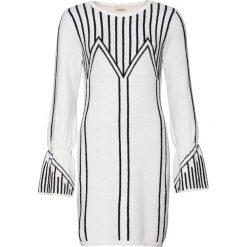 Sukienka dzianinowa z rękawami z falbanami bonprix biało-czarny w paski. Białe sukienki dzianinowe bonprix, w paski, z krótkim rękawem, mini, dopasowane. Za 119,99 zł.