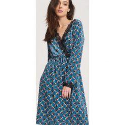 Niebieska Sukienka Contumacious. Niebieskie sukienki koronkowe other, uniwersalny, w koronkowe wzory, z kopertowym dekoltem, z długim rękawem, midi, kopertowe. Za 89,99 zł.