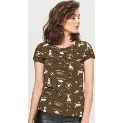 Koszulka z nadrukiem all over - Khaki. Brązowe t-shirty damskie marki Cropp, l, z nadrukiem. Za 24,99 zł.